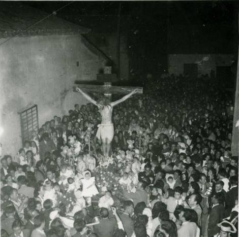 OFRECIMIENTO DE NIÑOS AL CRISTO DE LOS REMEDIOS DURANTE LA PROCESIÓN